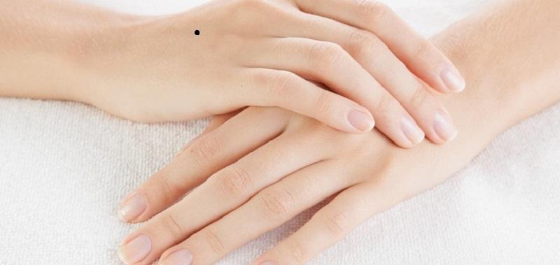 nốt ruồi trên mu bàn tay