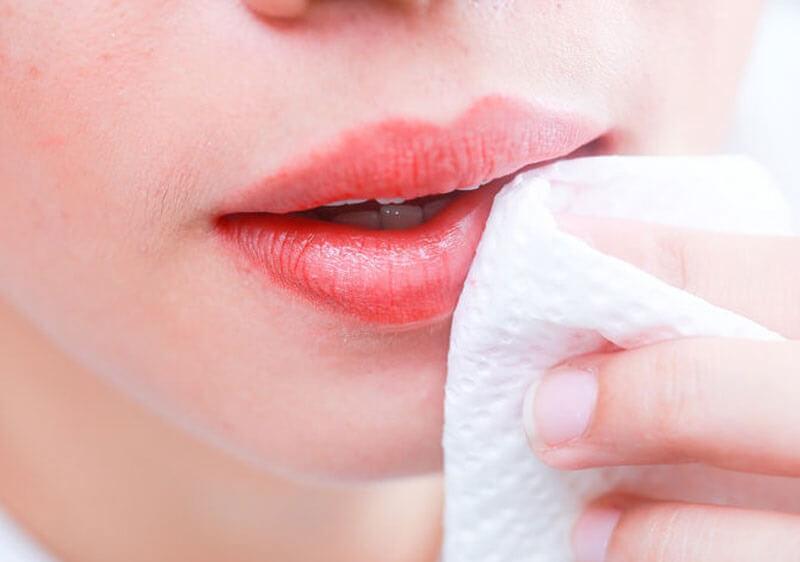 cách đánh son không bị thâm môi