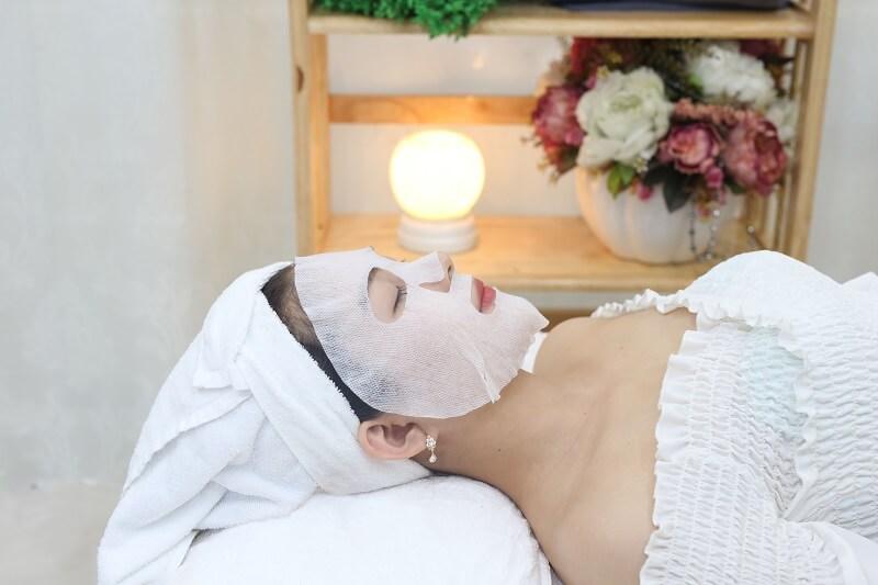 Đắp mặt nạ giúp làm dịu da và giảm đỏ sau liệu trình vi kim tảo biển