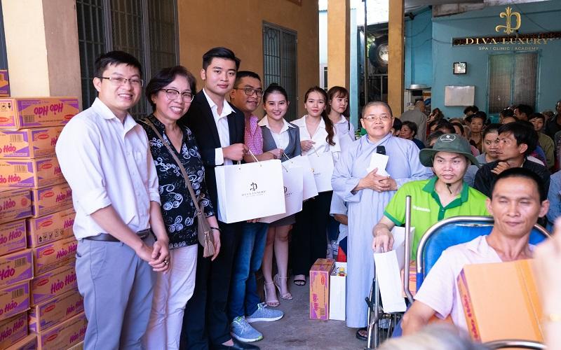 Viện thẩm mỹ Diva - Tặng quà cho gia đình có hoàn cảnh khó khăn tai dong nain tại Đồng Nai