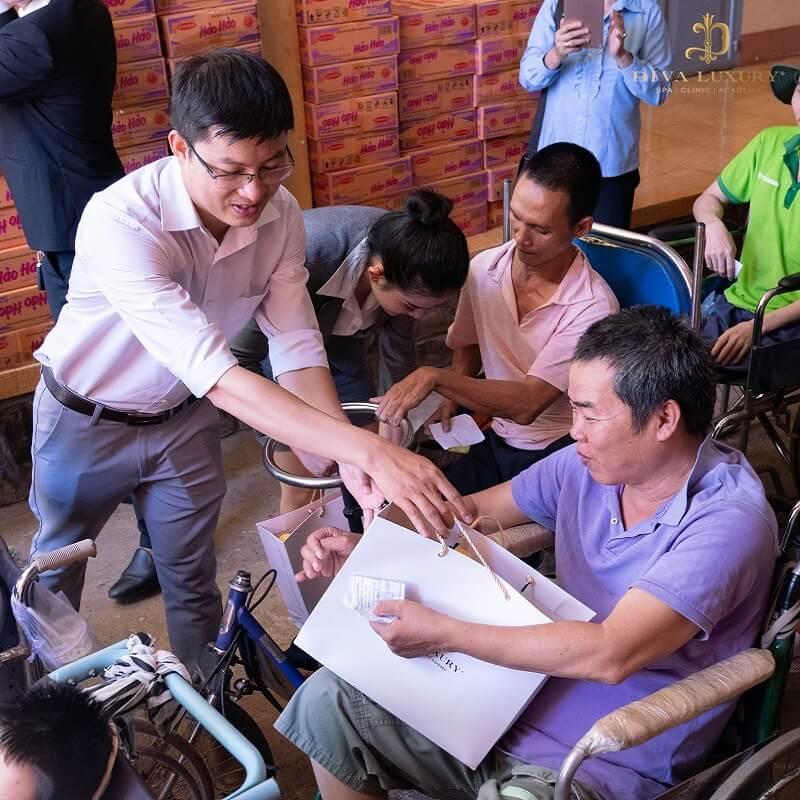 Viện thẩm mỹ Diva - Tặng quà cho gia đình có hoàn cảnh khó khăn tại Đồng Nai
