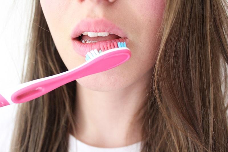 cách trị thâm môi bằng kem đánh răng
