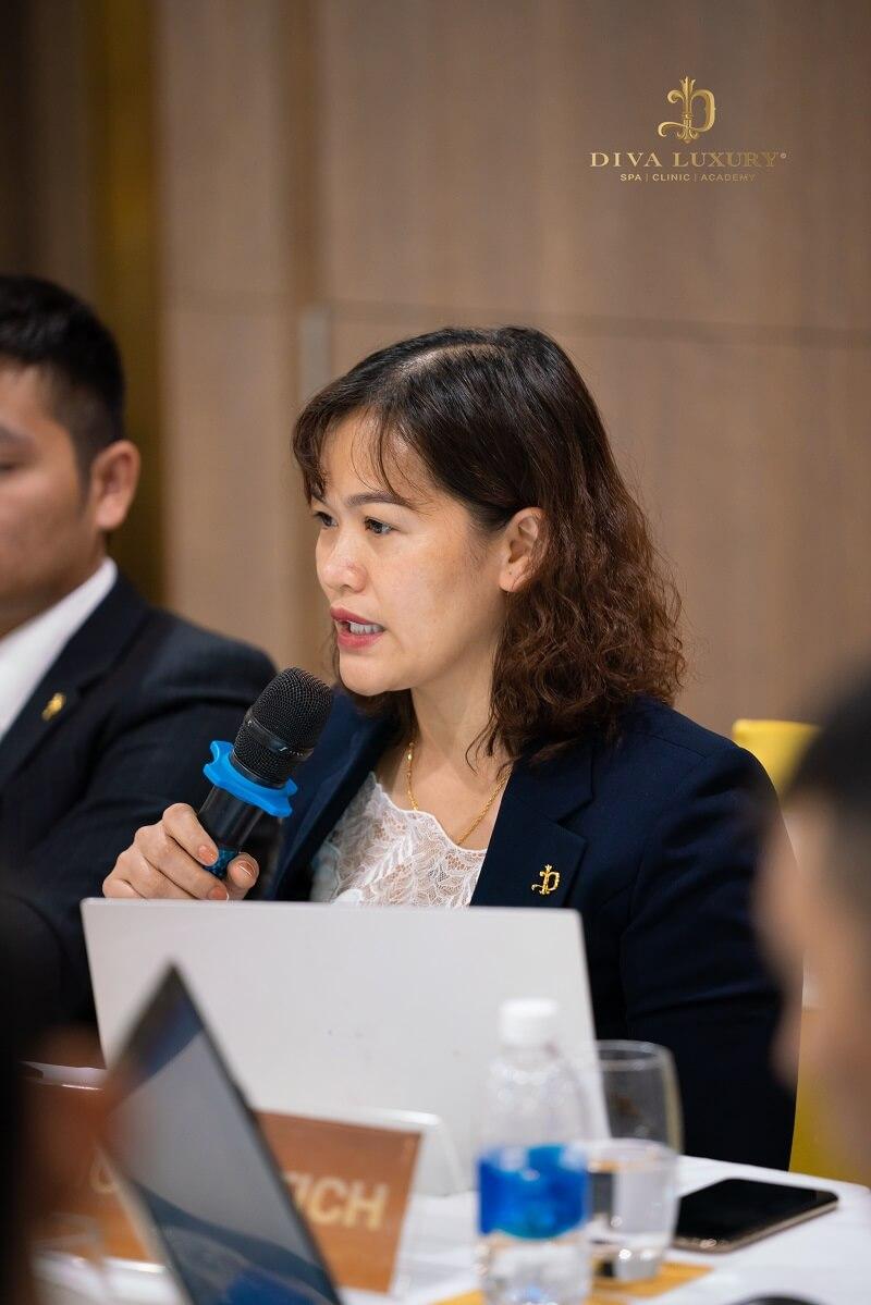Bà Lê Thị Hương phối hợp phòng Nhân sự thực hiện quyết sách đóng bảo hiểm cho 1.000 nhân sự của Tập đoàn